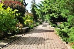 Chemin dans un beau jardin d'horizontal Images stock
