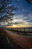 Chemin de banc de coucher du soleil à la baie mobile Images libres de droits