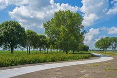 Chemin de bicyclette à travers la campagne photographie stock libre de droits