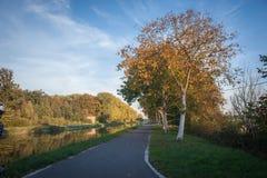 Chemin de bicyclette avec le feuillage d'automne photographie stock
