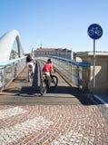 Chemin de bicyclette sur une passerelle Photo libre de droits