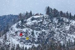 Chemin de câble à St de station de sports d'hiver de montagnes Gilgen - Autriche Photographie stock libre de droits