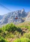 Chemin de câble jusqu'à la montagne de Tableau avec le funiculaire, Cape Town, sud Photo libre de droits