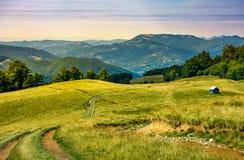 Chemin de camion en bas de la colline herbeuse photographie stock