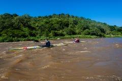Chemin de canoë de rivière de Paddlers image stock