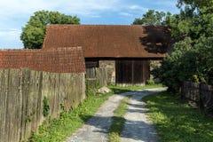 Chemin de champ menant à une vieille grange Photographie stock libre de droits