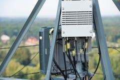 Chemin de conducteur d'antenne aux antennes de l'équipement à haute fréquence pour des réseaux de télécommunication image stock