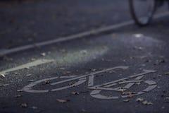 Chemin de cycle à l'aube de matin avec un vélo lumineux et un concept de permutation urbain défini de tache lumineuse image stock