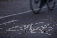 chemin de cycle dans la lumière de début de la matinée avec la bicyclette - permutation urbaine photos stock