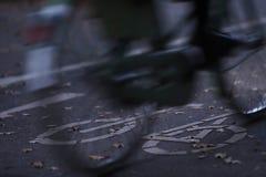 chemin de cycle dans la lumière de début de la matinée avec un vélo mobile dans le premier plan - concept de permutation urbain - images libres de droits