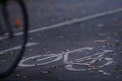 chemin de cycle dans la lumière de début de la matinée avec une bicyclette conduisant dans l'image - permutation urbaine - l'espa photos stock