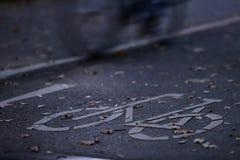 chemin de cycle dans la lumière de début de la matinée avec une bicyclette rapide conduisant par l'image - permutation urbaine photographie stock libre de droits