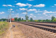 Chemin de fer à deux pistes de voie de chemin de fer sur le fond du bleu Russie photographie stock libre de droits
