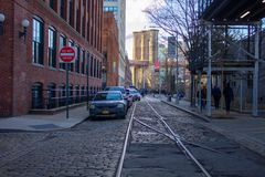 Chemin de fer abandonné sous le pont de Brooklyn images libres de droits
