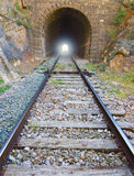 Chemin de fer avec la lumière à l'extrémité du tunnel. Images stock