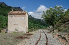Chemin de fer avec le bâtiment de garde, Sardaigne, Italie Photographie stock libre de droits