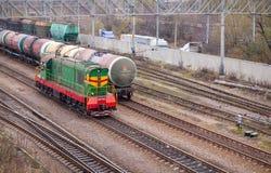 Chemin de fer avec les trains verts de locomotive et de cargaison Image stock
