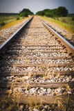 Chemin de fer, chemin de fer, voies de train, pâturage vert, foyer sélectif Images stock