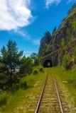 Chemin de fer de Circum-Baikal sur le rivage le lac Baïkal photo libre de droits