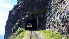 Chemin de fer de Circum-Baikal sur le rivage le lac Baïkal image stock
