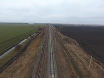 Chemin de fer de complot Vue supérieure sur les rails Lignes électriques à haute tension pour les trains électriques Photos libres de droits
