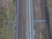 Chemin de fer de complot Vue supérieure sur les rails Lignes électriques à haute tension pour les trains électriques Images libres de droits