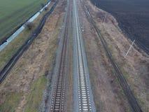 Chemin de fer de complot Vue supérieure sur les rails Lignes électriques à haute tension pour les trains électriques Images stock