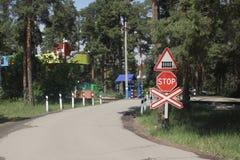 Chemin de fer-croisement sur enfants ferroviaires Photo libre de droits