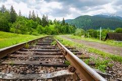 Chemin de fer dans les montagnes du plan rapproché ukrainien de Carpathiens Image stock