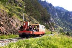 Chemin de fer de Circum-Baikal aux sud du lac Baïkal en juillet image libre de droits