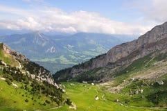 Chemin de fer de montagne dans une vallée, Suisse Photo libre de droits