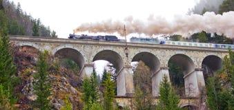 Chemin de fer de Semmering. Aqueduc dans les Alpes autrichiens. photographie stock libre de droits