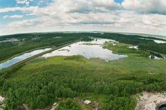 Chemin de fer entre les forêts et les lacs. Vue d'air Photographie stock