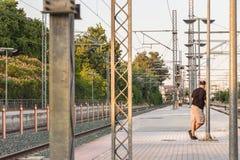 Chemin de fer, fils et tours sur la plate-forme de Larissa Train S Photographie stock libre de droits