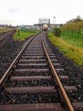 Chemin de fer humide avec le cul-de-sac en Allemagne en automne images stock