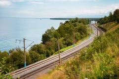 Chemin de fer le long de lac Baikal images stock