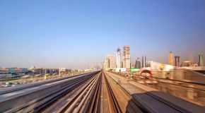Chemin de fer de métro de Dubaï dans un jour d'été photos libres de droits