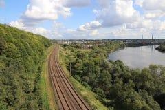 Chemin de fer par la rivière Photos stock