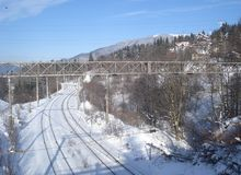 Chemin de fer parmi des montagnes de Carpathiens dans la région de Predeal en Roumanie Photos stock