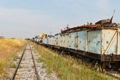 Chemin de fer regardant vers l'avant avec l'épave de train du côté droit Image libre de droits