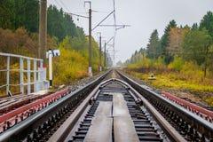 Chemin de fer russe Les dormeurs de rails entrent en contact avec le r?seau Voyage Chemin de fer en automne photo stock