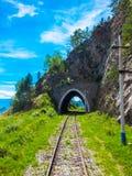 Chemin de fer sibérien de transport de tunnel de voûte sur le lac Baïkal images stock