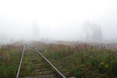 Chemin de fer sombre dans le brouillard photo stock