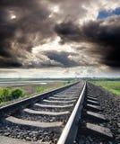 Chemin de fer sous le ciel nuageux Photographie stock libre de droits