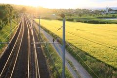 Chemin de fer sur le coucher du soleil image stock