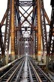 Chemin de fer sur le long pont de Bien à Hanoï, Vietnam, ce s'est à l'origine appelé Paul Doumer Bridge photo libre de droits