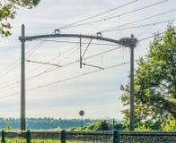 Chemin de fer de train avec un nid d'oiseau de cigogne et des cables électriques images libres de droits