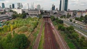 Chemin de fer de train près du centre de la ville de la longueur aérienne de bourdon de Varsovie banque de vidéos