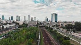 Chemin de fer de train près du centre de la ville de la longueur aérienne de bourdon de Varsovie clips vidéos