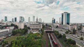 Chemin de fer de train près du centre de la ville de Varsovie banque de vidéos